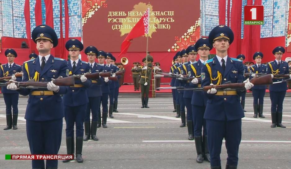 Плац-парад - один из самых зрелищных эпизодов   Пляц-парад - адзін з самых відовішчных эпізодаў