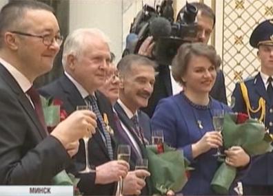 Они получили ордена и почетные звания  Яны атрымалі ордэны і ганаровыя званні  They received order and honorary titles