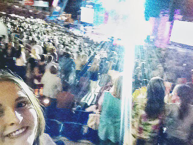 """Елизавета Савлукова: """"Эта фотография была сделана 12 июля на концерте Сергея Лазарева. Я бы назвала её: """"Когда человек - звезда, во всех смыслах этого слова""""."""