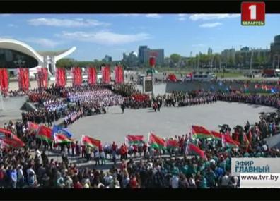 На площади Государственного герба и флага поем гимн вместе На плошчы Дзяржаўнага герба і флага спяваем гімн разам