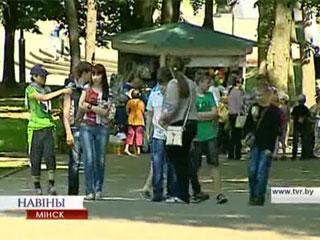 Болельщики все чаще посещают столичные парки отдыха Балельшчыкі ўсё часцей наведваюць сталічныя паркі адпачынку Fans visiting Minsk parks