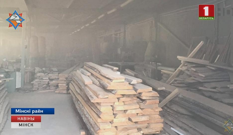 Накануне под Минском загорелось   промышленное здание Напярэдадні пад Мінскам загарэўся прамысловы будынак