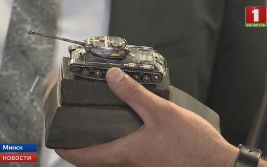В Музее Великой Отечественной войны представили ювелирный танк со вставками бриллиантов У Музеі Вялікай Айчыннай вайны прадэманстравалі ювелірны танк з устаўкамі брыльянтаў Museum of Great Patriotic War presents tank with diamonds