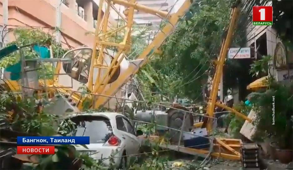 В Бангкоке строительный кран рухнул на оживленную улицу