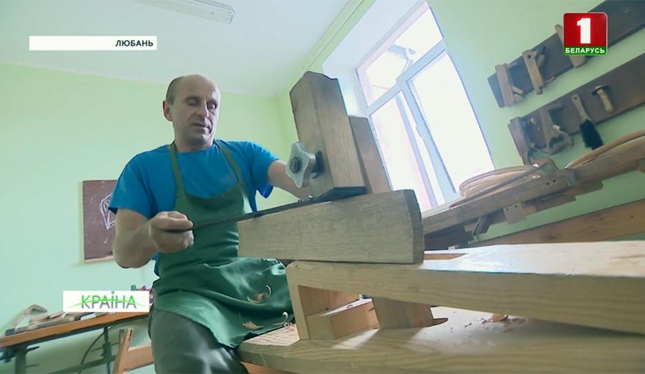 Бочар из Любани превращает стволы деревьев в аутентичные бытовые предметы Бондар з Любані ператварае ствалы дрэў у аўтэнтычныя бытавыя прадметы