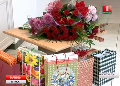 В городской Ратуше поздравляли 90-летнего юбиляра  У гарадской Ратушы віншавалі 90-гадовага юбіляра