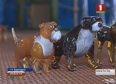 Более 25 пород сувенирных собак к Новому году сделали мастера-стеклодувы из Березовки Больш як 25 парод сувенірных сабак да Новага года зрабілі майстры-шкловыдзімальнікі з Бярозаўкі