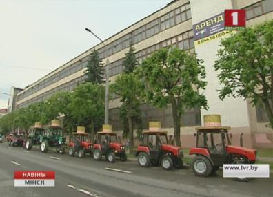 Балет тракторов покажут 3 июля Балет трактароў пакажуць 3-га ліпеня Tractors ballet to be shown on July 3