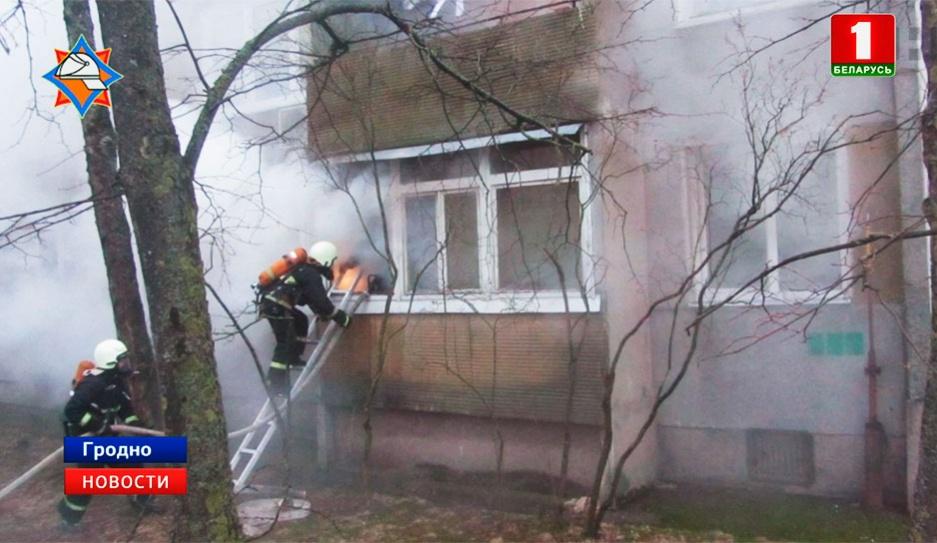 В Гродно мужчина мог устроить поджог своего дома. Спасены 11 человек У Гродне мужчына мог учыніць падпал свайго дома. Выратаваны 11 чалавек