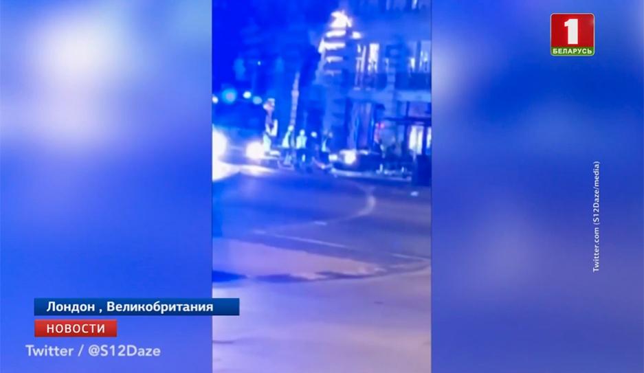 В Лондоне машина врезалась в автобусную остановку с людьми