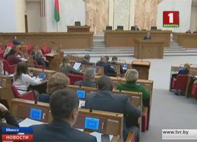 Проект бюджета на следующий год сегодня обсудили депутаты и сенаторы  Праект бюджэту на наступны год сёння абмеркавалі дэпутаты і сенатары