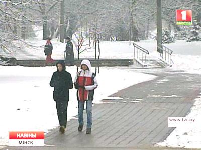 Настоящий зимний снегопад добавил работы дорожникам и коммунальникам Сапраўдны зімовы снегапад дабавіў работы дарожнікам і камунальнікам