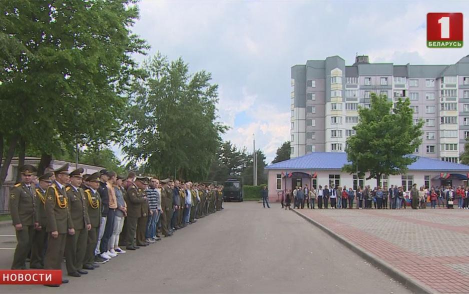 10 тысяч призывников до конца месяца пополнят ряды белорусской армии 10 тысяч прызыўнікоў  да канца месяца папоўняць шэрагі беларускай арміі