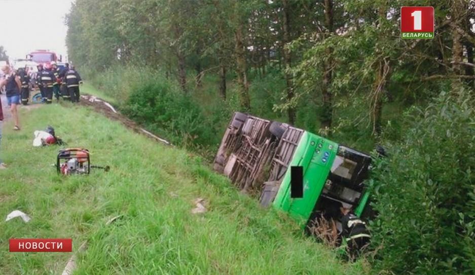 В Минском районе   автобус упал в кювет У Мінскім раёне   аўтобус упаў у кювет