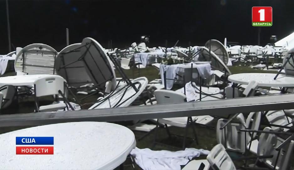 В американском парке на головы людей обрушился огромный шатер У амерыканскім парку на галовы людзей упаў вялізны шацёр