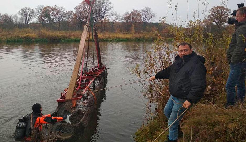 В Гродненском регионе со дна Немана подняли старинную лодку
