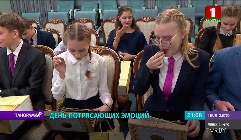 Во Дворце Независимости по традиции свой первый паспорт получили юные белорусы