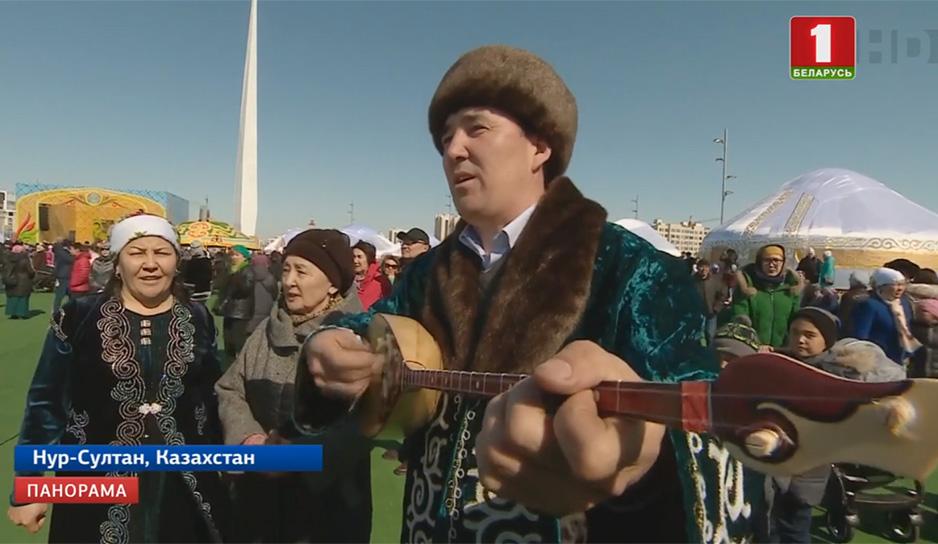 Мелодии - непременно на казахской домбре - это обязательный атрибут праздника.jpg