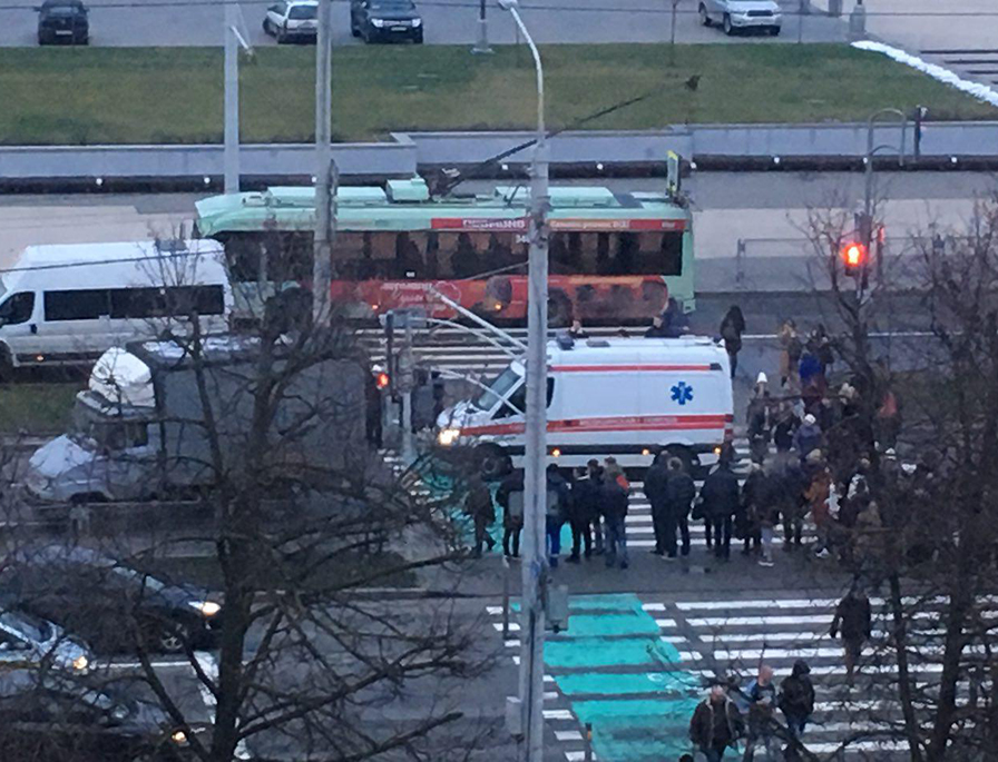 На пешеходном переходе по проспекту Победителей грузовая машина врезалась в толпу людей