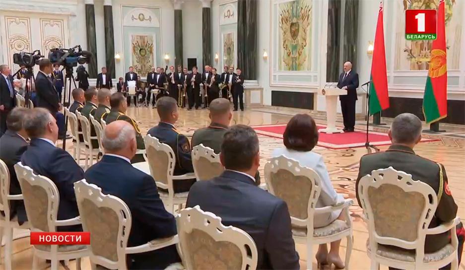 Александр Лукашенко вручил госнаграды