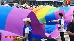 Дональд Трамп запретил посольствам США вывешивать флаги ЛГБТ-движения