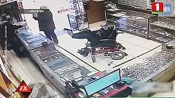 Немой инвалид-колясочник пытался ограбить ювелирный с игрушечным пистолетом в ногах