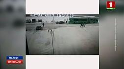 В Интернете сегодня появилось видео, как в Полоцке автомобиль въезжает в толпу людей У Інтэрнэце сёння з'явілася відэа, як у Полацку аўтамабіль урэзаўся ў натоўп людзей