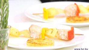 Шашлычки из курицы с чаем и черносливом и брошеты из семги с ананасом и яблоками