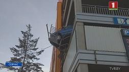 Неудачная парковка. На многоуровневой стоянке авто едва не упало с третьего этажа У Мінску на шматузроўневай стаянцы аўто ледзь не звалілася з трэцяга паверха