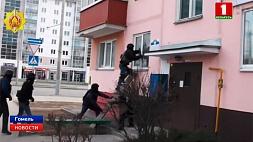 В Гомеле  ОМОН взял штурмом квартиру наркоторговца  У Гомелі  АМАП узяў штурмам кватэру наркагандляра