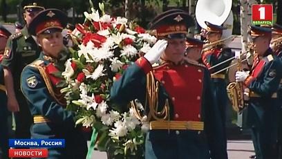 К Могиле Неизвестного Солдата в Москве возложили памятный венок от посольства Беларуси