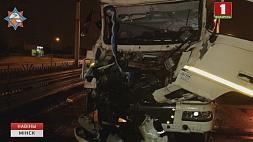 Ночная авария в Минске: на МКАД столкнулись два грузовика Начная аварыя ў Мінску: на МКАД сутыкнуліся два грузавікі