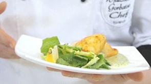 Кальмар, фаршированный сыром с соусом, лимоном и зеленым салатом, и фруктовый салат с заправкой из йогурта