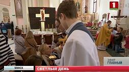 Католики отмечают светлый праздник Пасхи  Каталікі адзначаюць светлае свята Вялікадня  Catholics celebrate Easter
