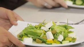 Зелёный греческий салат и котлеты из горбуши с зелёным соусом.