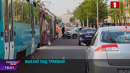 62-летний водитель автомобиля Renault выехал под трамвай 62-гадовы вадзіцель аўтамабіля Renault выехаў пад трамвай