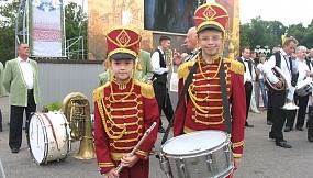 """Елена Дымман: """"На этом фото Дымман Елизавета, 10 лет и Дымман Давид, 12 лет. Они играют на флейте и малом барабане в духовом оркестре школы искусств г. Лепеля. Фото сделано 14 июля на конкурсе """"Виват, оркестр!"""""""