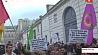 Сотни людей собрались в Париже у здания посольства Туниса, чтобы почтить память жертв теракта Сотні людзей сабраліся ў Парыжы ля будынка пасольства Туніса, каб ушанаваць памяць ахвяраў тэракту