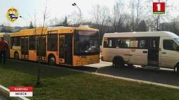 В Минске на проспекте Независимости столкнулись автобус и маршрутное такси Пасажыр легкавога аўто загінуў падчас ДТЗ пад Слуцкам