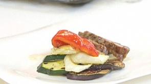Овощной салат с заправкой из йогурта и шея телятины с овощами в сливочно-перечном соусе