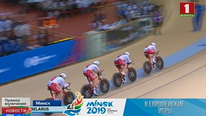 Состязания на велодроме. Спортсмены борются за медали в командном преследовании