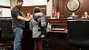 11-летняя девочка пришла в парламент с заряженным автоматом