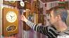 Житель Узды собрал в своем доме более сотни раритетных часов Жыхар Узды сабраў у сваім доме больш за сотню рарытэтных гадзіннікаў
