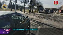 На улице Филимонова столкнулись автобус и легковая машина На вуліцы Філімонава сутыкнуліся аўтобус  і легкавая машына
