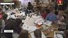 Многодетная мать из Витебска Юлия Кутепова учит маленьких девочек рукоделию Шматдзетная маці з Віцебска Юлія Куцепава вучыць маленькіх дзяўчынак рукадзеллю