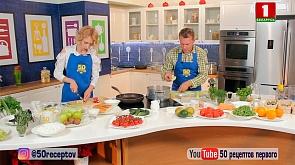 Летний салат с огурцом, редисом и рукколой, запеканка из кабачков с мясным соусом, смузи с ягодами и творогом