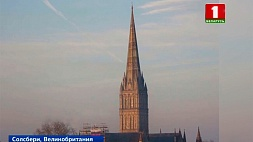 Огромный российский флаг разместили неизвестные над собором в Солсбери Вялізны расійскі флаг размясцілі невядомыя над саборам у Солсберы