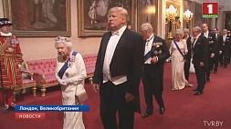 Банкет в Букингемском дворце не обошелся без казусов. Трамп попытался обнять королеву Банкет у Букінгемскім палацы не абышоўся без сюрпрызаў. Трамп спрабаваў абняць каралеву