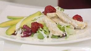 Салат с курицей, авокадо и клубникой и тыквенные оладьи с муссом из сыра и укропа.