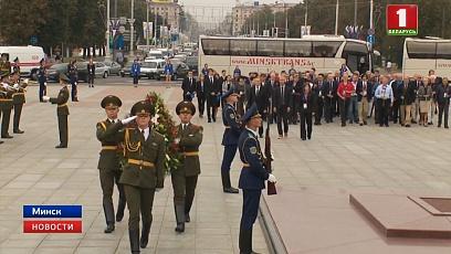 Участники космического конгресса возложили цветы к монументу Победы в Минске